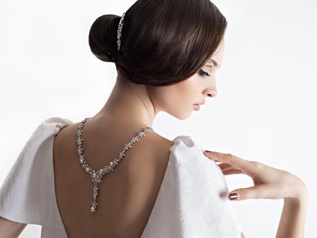 Colares para iluminar as costas da noiva