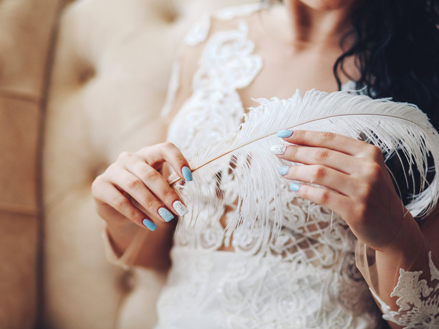 Look de noiva com plumas: 6 propostas para arrasar