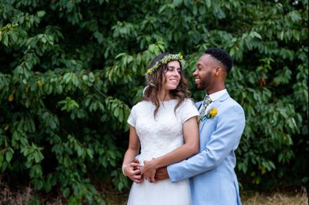 És um noivo elegante e atrevido? Inspira-te com este 8 looks coloridos