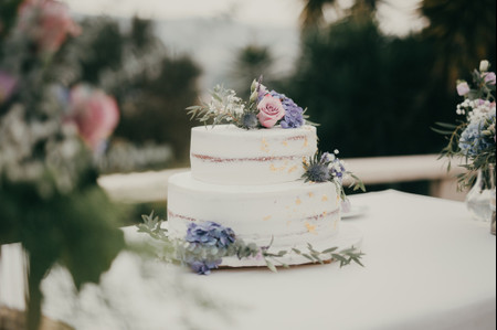 """5 exemplos de """"cake toppers"""" criativos para o teu bolo de casamento"""