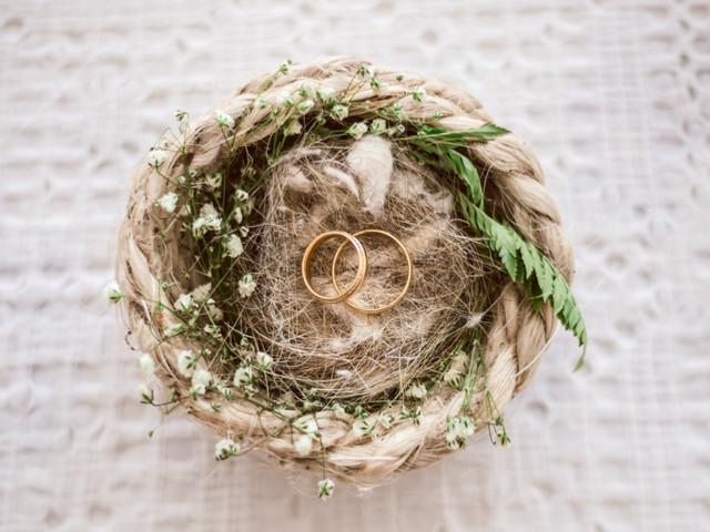 Os pros & contras de comprar o anel de noivado online