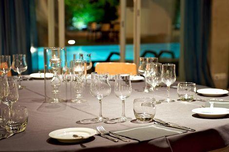 Sala de jantar com vista para a piscina