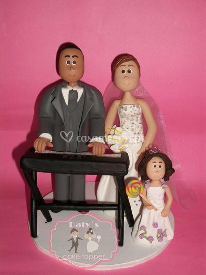 Casal com filha e instrumento de Paty´s Cake Topper