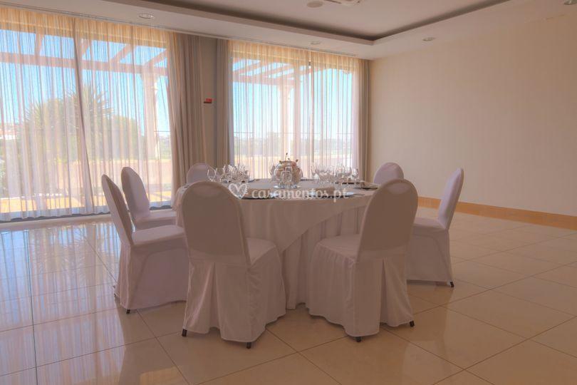 Mesas e cadeiras em um espaço exclusivo