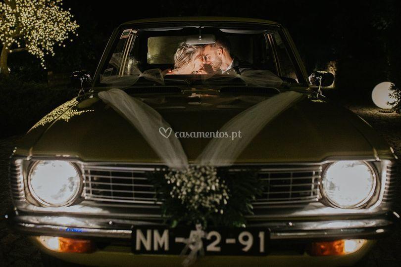 Noivos no carro