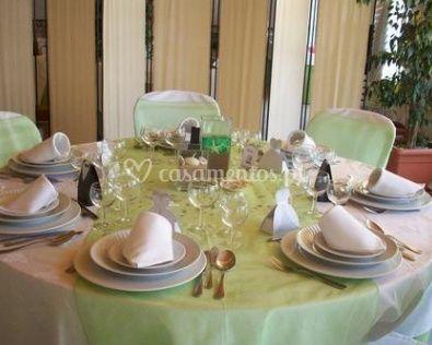 Mesa decorada com a cor verde