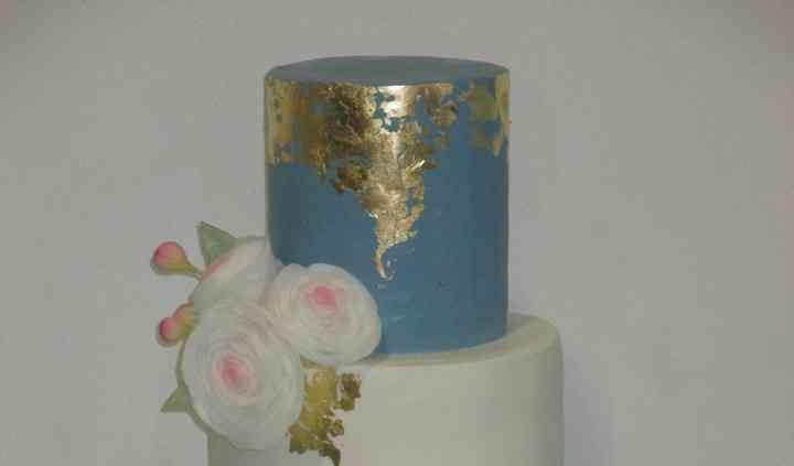 Bolo azul e branco com flores