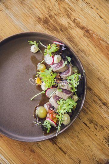 Entrada - tataki de atum, salada de manga, tomate e rabanetes, misuna e soja