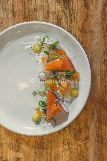 Peixe - lombo de salmão, texturas de ervilha e toucinho fumado