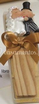 Caixa de 4 napolitanas com marcador de livros   Noivos a dançar