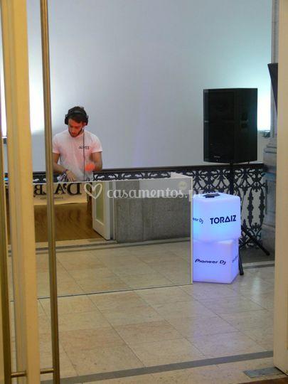 DJ e cabine espelhada