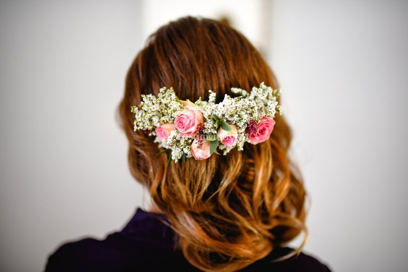 Hair with curls and flowers