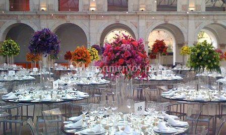 Sala com arranjos florais