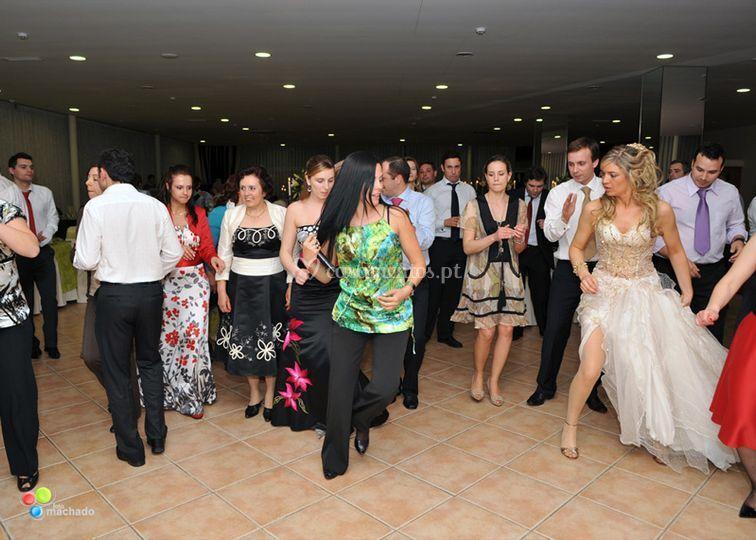 A noiva e convidados na dança