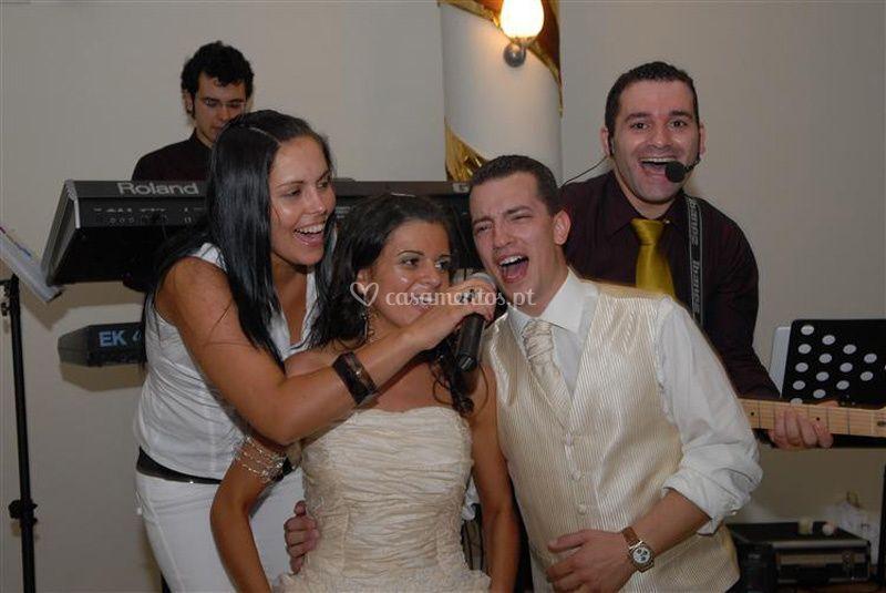 Os noivos a cantar!