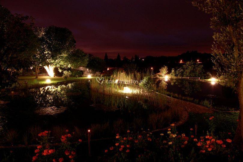 Noite lago e piscina