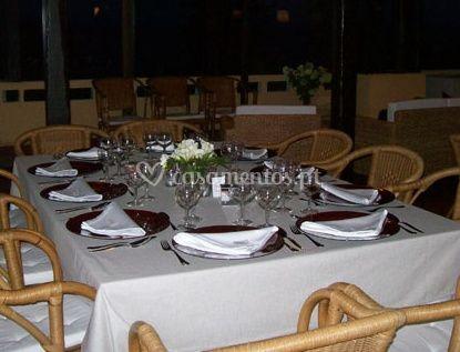 Mesa com pratos e talheres