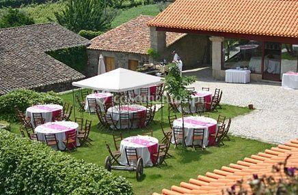 Pátio com mesas no relvado de Quinta da Cerca