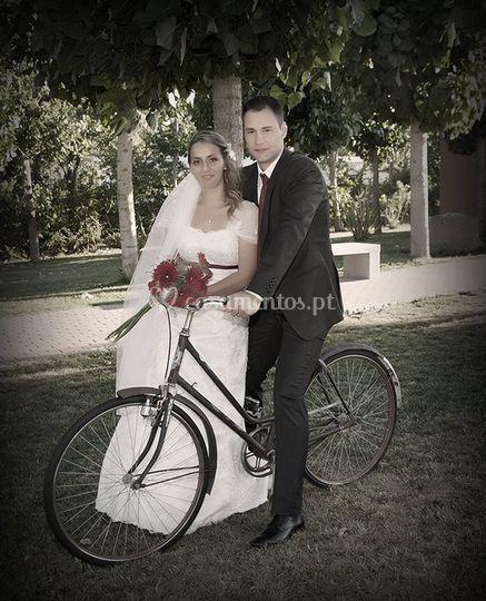 Noiva e noivo posando