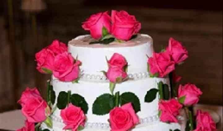 Bolo com rosas e pétalas