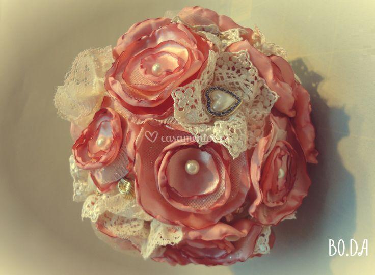 O bouquet de flores de cetim.