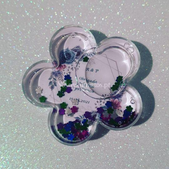 Flor acrílico, água e glitters