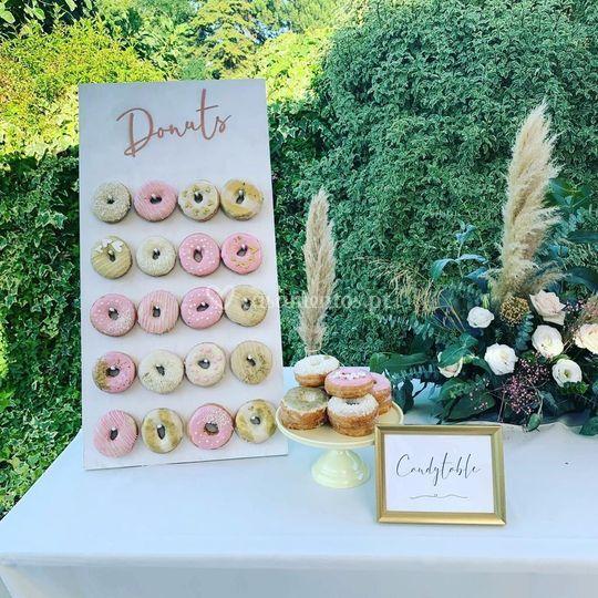 Donut Wall numa mesa de doces