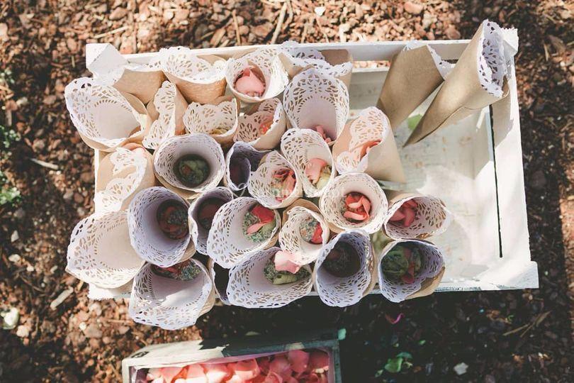 Cones com pétalas e arroz