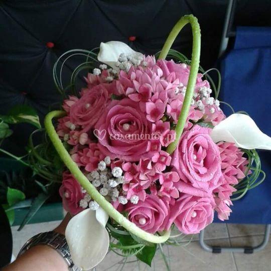 Ramo rosas jarros e bombardia