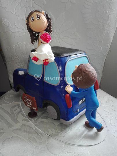 Noivos com carro