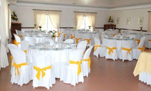 Decoração de mesas em branco e amarelo