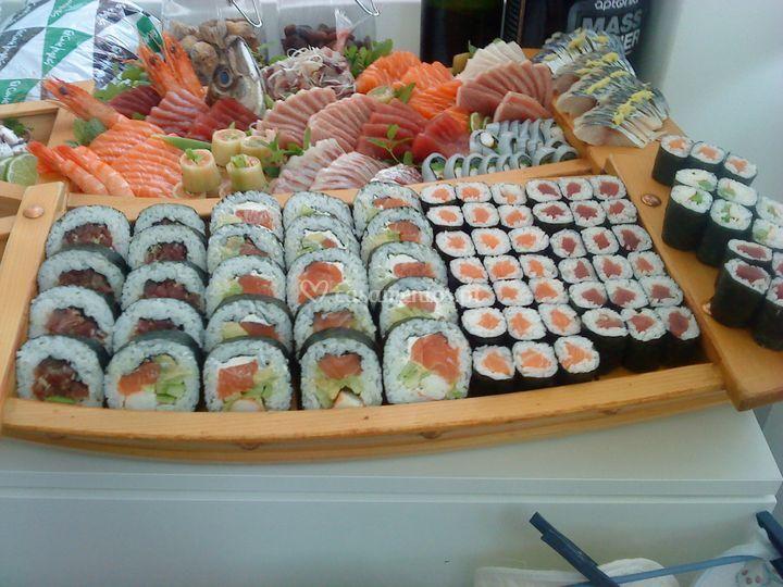 Barco de sushi e sashimi