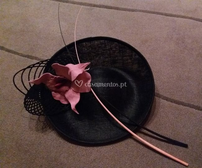 Chapéus flor camurça e penas