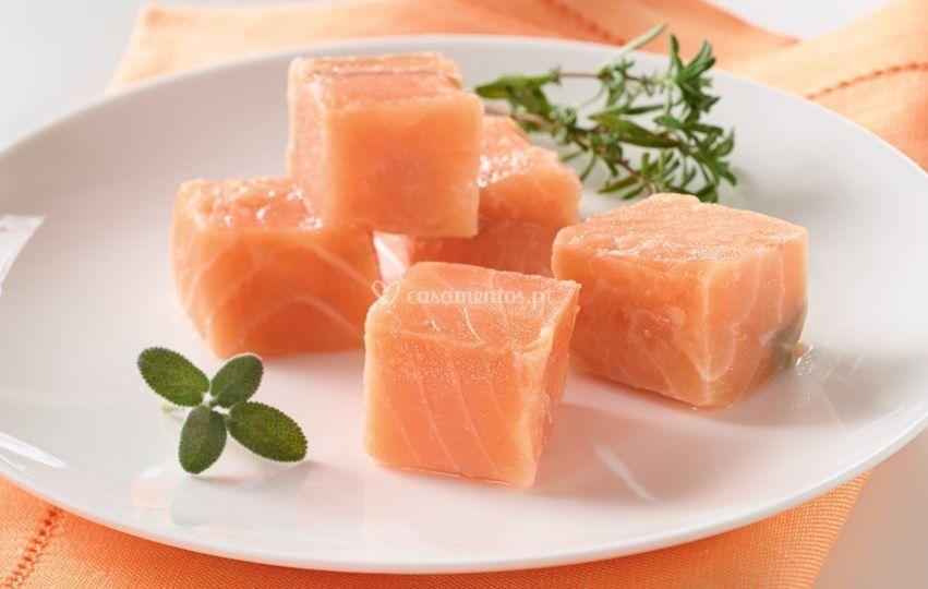 Porção cubos salmão