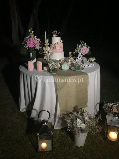 Mesa do bolo no jardim