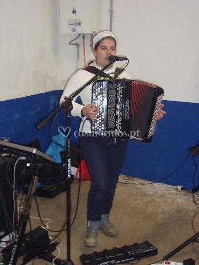 A Denise a tocar e a cantar