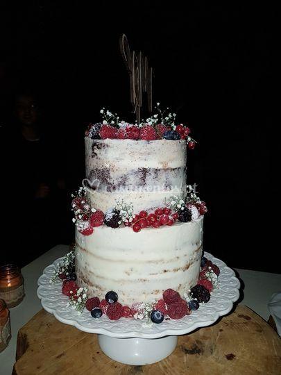 Naked cake com frutos.