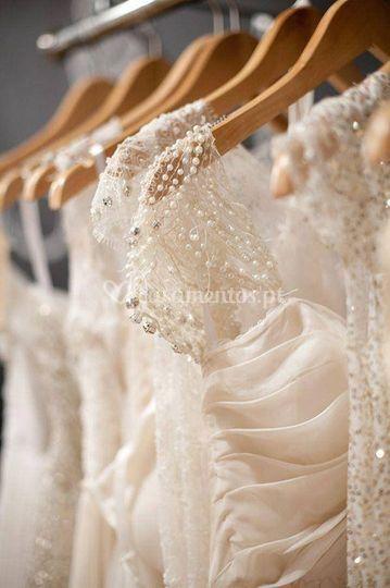 Vários vestidos de noiva