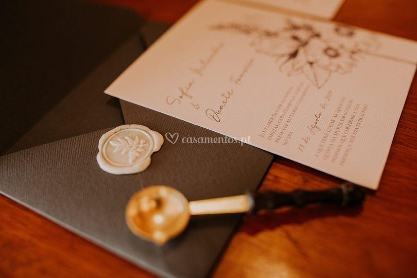 Envelope cinza + lacre branco