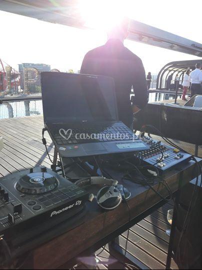 DJ em evento com sax