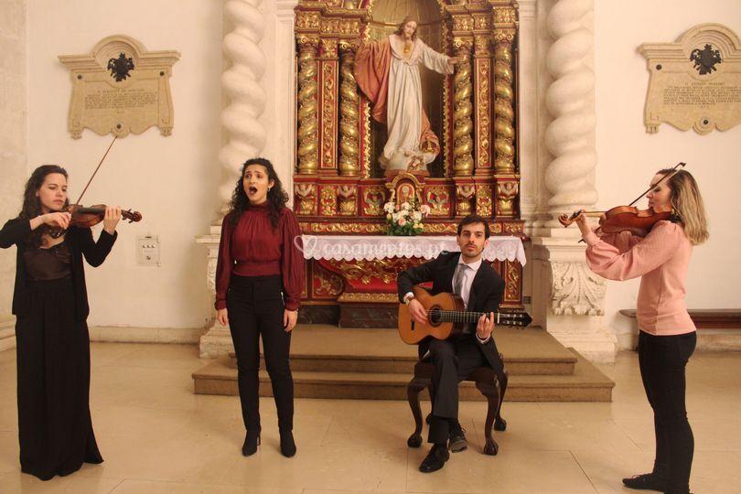Violinos, guitarra e canto