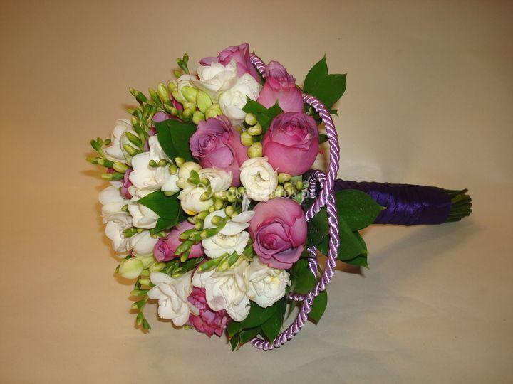 Bouquet com fresias e rosas
