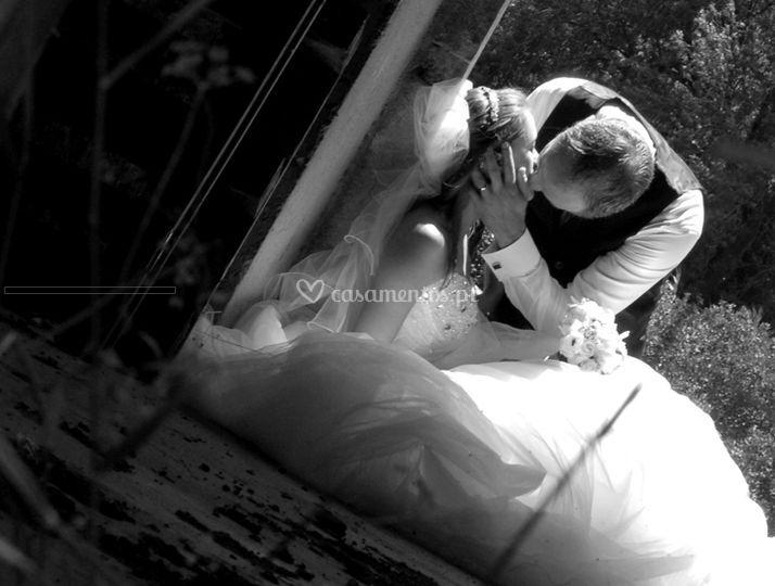 Noiva eo noivo beijando
