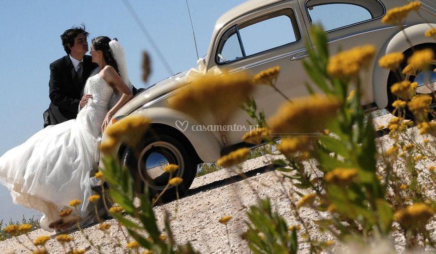 Noiva e o noivo ao ar livre