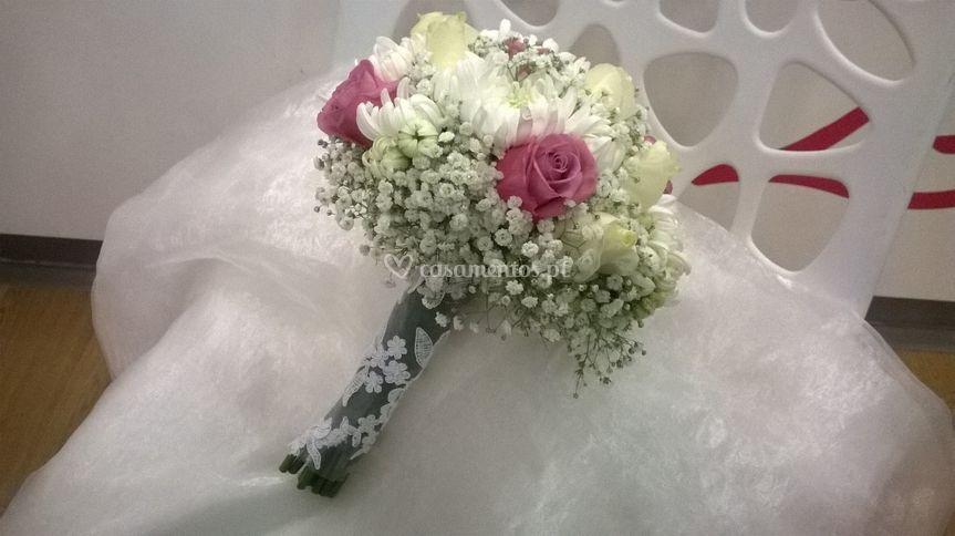 Bouquet rosas e crisântemos.