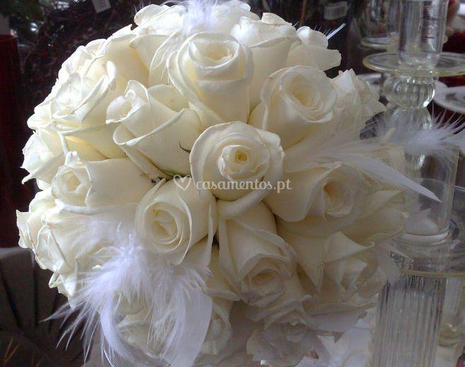 Bouquet de noiva de rosas brancas