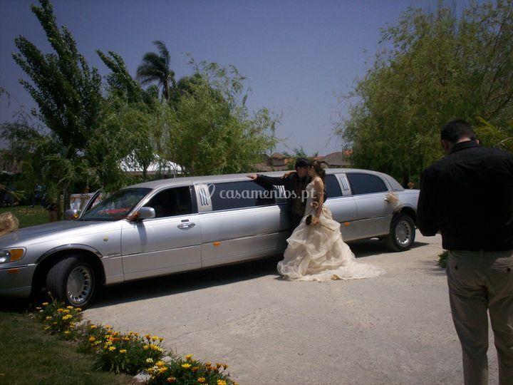Casal na limousine