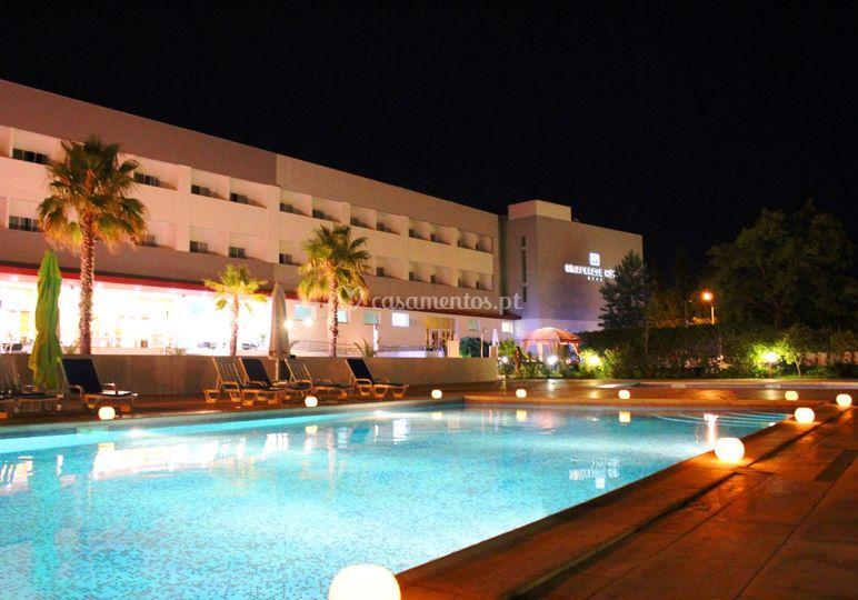 À noite na piscina