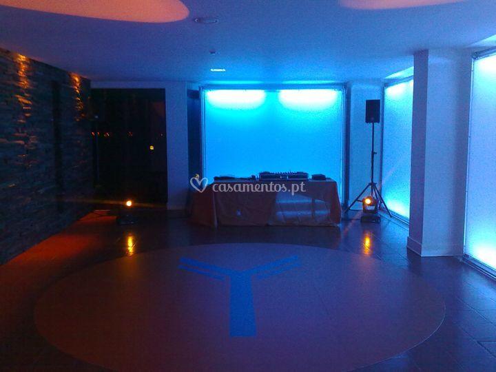 Evento com paredes iluminadas