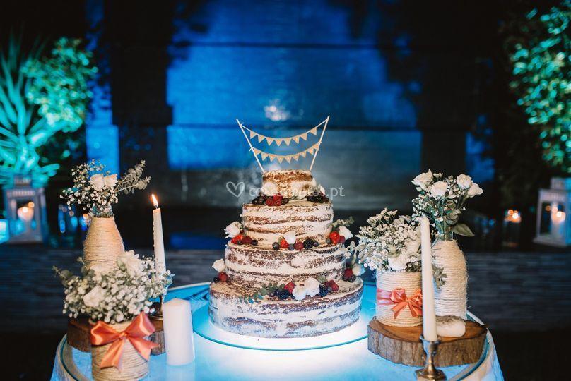 Mesa do bolo de noivos